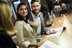 Gens d'affaires dans un bar Photos stock