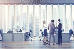 Gens d'affaires dans un bureau de l'espace ouvert, modifié la tonalité Photos libres de droits