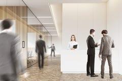 Gens d'affaires dans un hall en bois Image libre de droits