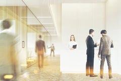 Gens d'affaires dans un hall en bois, modifié la tonalité Photos stock