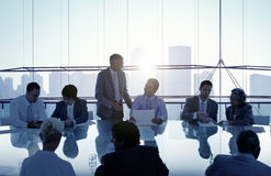 Gens d'affaires dans une réunion et un fonctionnement ensemble images stock