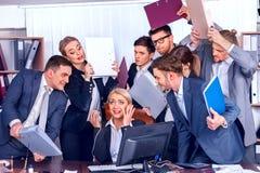 Gens d'affaires de bureau Les personnes d'équipe sont peu satisfaites de leur chef Images libres de droits