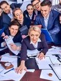 Gens d'affaires de bureau Les personnes d'équipe sont peu satisfaites de leur chef Photos stock