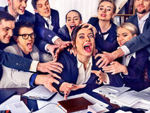 Gens d'affaires de bureau Les personnes d'équipe sont peu satisfaites de leur chef Photos libres de droits