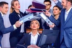 Gens d'affaires de bureau Les personnes d'équipe sont peu satisfaites de leur chef Images stock
