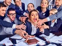 Gens d'affaires de bureau Les personnes d'équipe sont peu satisfaites de leur chef Photo stock