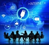 Gens d'affaires de connectivité en ligne de Dicussing photographie stock libre de droits