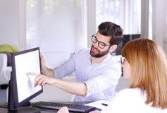 Gens d'affaires de consultation Image stock