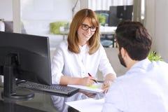 Gens d'affaires de consultation Photo stock
