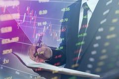 Gens d'affaires de double exposition Marchés boursiers financiers ou stratégie de placement Images stock