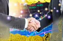 Gens d'affaires de double exposition serrant la main à Bitcoin photographie stock