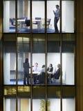Gens d'affaires de fin de nuit dans l'immeuble de bureaux image libre de droits