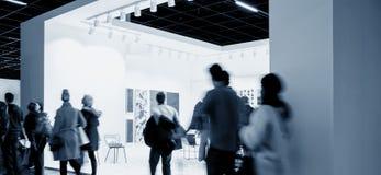Gens d'affaires de foule à une cabine de salon commercial Image stock