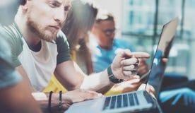 Gens d'affaires de groupe de plan rapproché recueillis ensemble discutant le processus créatif de projet Réunion d'échange d'idée Image stock