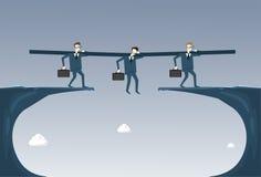 Gens d'affaires de groupe de prise d'homme d'affaires de concept de Hanging Over Cliff Partner Support Businesspeople Risk Images libres de droits