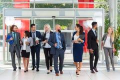 Gens d'affaires de groupe de réunion de discussion, sourire parlant dans le bureau moderne, hommes d'affaires Photo stock