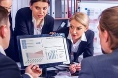 Gens d'affaires de la vie de bureau des personnes d'équipe travaillant avec des papiers Images stock