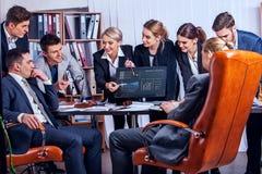 Gens d'affaires de la vie de bureau des personnes d'équipe travaillant avec des papiers Photographie stock libre de droits