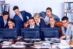 Gens d'affaires de la vie de bureau des personnes d'équipe travaillant avec des papiers Images libres de droits