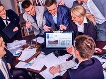 Gens d'affaires de la vie de bureau des personnes d'équipe travaillant avec des papiers Photos stock