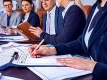 Gens d'affaires de la vie de bureau des personnes d'équipe travaillant avec des papiers Photo libre de droits