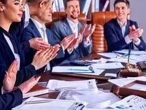 Gens d'affaires de la vie de bureau des personnes d'équipe travaillant avec des papiers Image stock