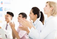 Gens d'affaires de mains applaudissant lors de la réunion Photos stock