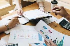 Gens d'affaires de plan actuel de stratégies marketing au client dedans photo libre de droits