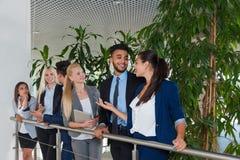 Gens d'affaires de réunion de groupe discutant la promenade communiquant, parlant Photo libre de droits