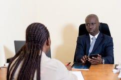 Gens d'affaires de rassemblement au bureau à discuter Photo libre de droits