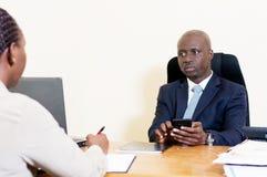 Gens d'affaires de rassemblement au bureau à discuter Image libre de droits