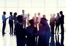 Gens d'affaires de réunion de lieu de télécommunication mondiale de poignée de main concentrée Images stock