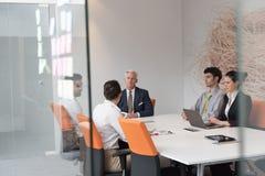 Gens d'affaires de séance de réflexion de groupe sur la réunion Photographie stock