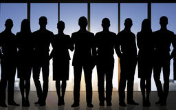 Gens d'affaires de silhouettes au-dessus de fond de bureau Photos libres de droits