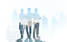Gens d'affaires de silhouettes au-dessus de fond de ville Photos stock