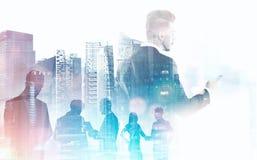 Gens d'affaires de silhouettes au-dessus du paysage urbain Image stock