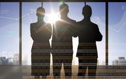 Gens d'affaires de silhouettes avec le diagramme et les nombres Photos stock