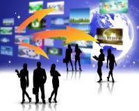 Gens d'affaires de silhouettes avec le globe Photographie stock