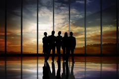 Gens d'affaires de silhouettes contre le bâtiment Photo libre de droits