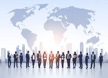 Gens d'affaires de silhouettes de groupe au-dessus de carte du monde de paysage de ville Photo stock