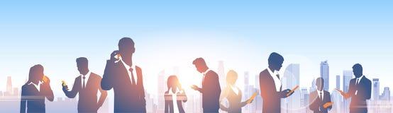 Gens d'affaires de silhouettes de groupe au-dessus de réseau moderne de Social de bureau de paysage de ville Photos stock