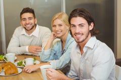Gens d'affaires de sourire ayant des casse-croûte Photo libre de droits