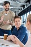 Gens d'affaires de sourire se serrant la main sur la petite réunion de bureau Photographie stock