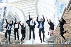 Gens d'affaires de succès de célébration sautant le thé enthousiaste de concept photos libres de droits