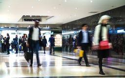 Gens d'affaires de tache floue mobile Les gens marchant en heure de pointe Concept d'affaires et de vie moderne Photos libres de droits