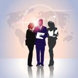 Gens d'affaires de Team Crowd Silhouette Businesspeople Group de prise de dossiers de document au-dessus de carte du monde Photo stock