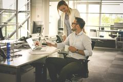 Gens d'affaires de travailler Gens d'affaires ensemble dans le bureau Image libre de droits