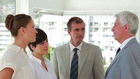 Gens d'affaires debout parlant ensemble clips vidéos