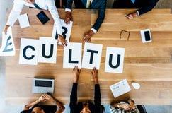 Gens d'affaires discutant au-dessus de la culture de travail dans le bureau image stock