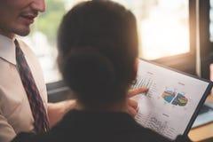 Gens d'affaires discutant avec des documents de graphique de diagramme au bureau Image stock